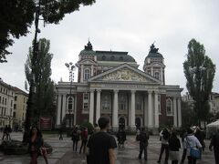 イヴァン・ヴァゾフ国立劇場。  ブルガリアの有名な作家、イヴァン・ヴァゾフから名前を取った劇場。  ガイドがイヴァン・ヴァゾフについて説明してくれましたが、 英語が聞き取れず。
