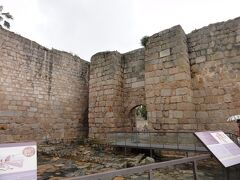 世界遺産の遺跡群の中には、ローマ時代のものではないものも入っています。 Alcazaba アルカサバはイスラム時代、後ウマイヤ朝の第4代アミール(在位822年-852年)アブド アッラフマーン2世によって建設された砦です。