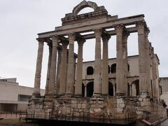 その近くにある Templo de Diana ディアナ神殿、1-2世紀建設。ディアナ神殿と呼ばれているものの、ローマ神話の狩の女神にではなく、ローマ皇帝に捧げられた神殿。