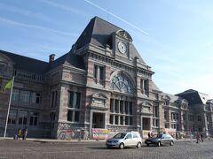 外から見た駅舎。