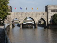トル橋 Ponte des Trous エスコー川にかかるこの建造物は、13世紀に築かれた市壁の名残です。戦争で爆破され修復工事が行われた時に、船舶の通行を考えて高く建造されました。