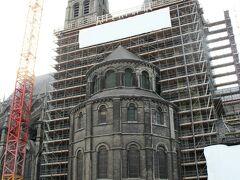 インフォメーションから見た大聖堂。全体に足場が組まれていました。