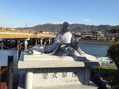 宇治橋を渡りきったところにある紫式部の像。  宇治は源氏物語・宇治十帖の舞台ですもんね!