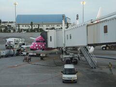 那覇空港に到着。19時を過ぎているのにこの明るさです。 定刻より8分遅れでした。