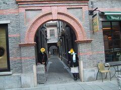 「新天地」は古い街並みがきれいに整備されていて、映画のセットのようです。