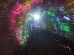 浦東と外灘を結ぶ「外灘観光鉄道」 黄浦江を海底トンネルで結んでいます。 電飾キラキラですが、あっという間に到着。