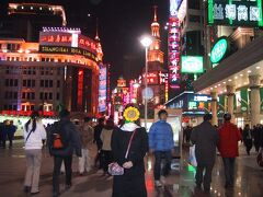 「南京東路」でショッピング。 夜になると街がライトアップされてとってもカラフルです。