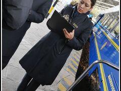 汽車名は「ビスタドーム」。乗車前に一人づつパスポートを見せて本人確認。全席指定です。