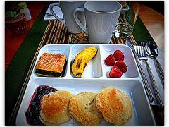 そして この様なかわいいパンケーキ+イチゴジャムの朝食が出されます。最初は全く期待していなかったので、超うれしいかも。