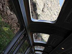 車窓より.....。  この列車は、急角度を下る為(勢いがつき過ぎるのを防ぐ為)、標高の高いクスコからマチュピチュまでは、スイッチバックで山をくだって行きます。