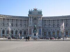 母の希望で「ウィーン国立歌劇場」の内部見学ツアーへ。 日本語でのツアーまで時間があったので、先にウィーン市内の観光に向かいます。 ウィーン中心部の観光名所をトラムの1番がぐるっと周っているので、とりあえず乗車。  最初に見えてきたのは「ホーフブルク」と呼ばれる王宮です。 大きすぎて写真に納まりきれません。