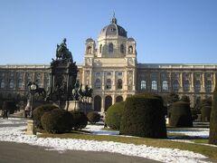 ホーフブルクの向かい側にあるのが「マリア・テレジア広場」 「美術史博物館」と「自然史博物館」の間にあります。