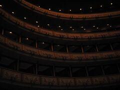 時間がきたので「ウィーン国立歌劇場」の内部見学ツアーへ。 チケットを買い、荷物とコートを預けた後、見学のスタートです。 日本語コースがあってよかった... 実際の観客席に座って説明を聞きます。