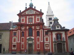 こちらもプラハ場内の「聖イジー教会」 一転、とても小さくおもちゃのような教会です。