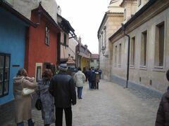 「黄金の小路」 ここもプラハ城に含まれるのかな? カラフルで小さな家が、狭い道に並んでいます。