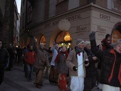 旧市街広場では、何やら行進が...