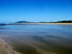 タマリンド川(Tamarindo River)です。 この向こうがオサガメの産卵を保護するために設立されたラス・バウラス国立海洋公園(Parque Nacional Marino Las Baulas)です。 そして、その国立海洋公園に面して ラムサール条約に登録されている湿地があります。
