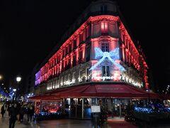 リボンをかけられて赤く輝くのは、ブラッセリ−の「Le Fouquet's」。  ジョルジュ・サンク駅の所にあります。 シャンゼリゼを歩くうえで、一つ目印になる建物。