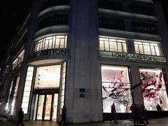 Le Fouquet'sの対面は、長い行列ができるルイ・ヴィトンの本店。  ここは堂々と、普通の照明でしたが、白色等にウインドーのデザインが風景にうまくマッチ。  風格を感じます。