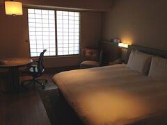 【ヒルトン大阪 エグゼクティブ・ルーム・ダブル】  3402号室。  2014年12月29日(月)、友人が泊まったのに便乗して、2名利用の料金を支払ってラウンジも利用。翌朝、年内最後のゴミ出しをしなければならないためw、宿泊はしなかった。  プレミアムチョイスという15,000円分のレストラン・クレジットが付いたプランで、一休で税サ込54,446円。