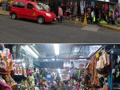 民芸品市場。 バラックのような建物で、狭い場所にひしめくようにお土産物屋が並びます。 翌日にガイドの加瀬さんから聞いた話では、ここは不法占拠なので お土産物も安く販売できるそうです。