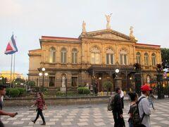 コスタリカ人が愛する国立劇場(Teatro National)です。 コーヒーで大儲けしたコーヒー貴族が、サンホセを欧風の街並みにしようとして建てた代表的な建物です。 「コスタリカで革命が起きないのは、この劇場の窓ガラスを割りたくないから」 と言われるほど、コスタリカ人には大切にされています。 しかし、1980年に世界遺産に申請され、不登録になっています。