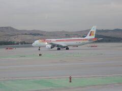 写真は、マドリッドのバラハス国際空港で見たイベリア航空のA320です。  イベリア航空は、スペインのフラッグキャリアなのに、日本へ乗り入れていないので、この機体を見てスペイン到着を実感しました。