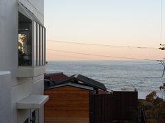 そろそろ4時半、今宵の宿お気に入りの「ピッコラルージュ」に到着です。富戸港からはこの建物脇の階段を登ってくるだけ、直ぐ目の前です。 夕食まで温泉と屋上ドッグランからの撮影タイムとお楽しみの始まりです。  その2へ続く…