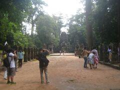 6日目(10/19 日曜日) 今日はAngkor大回りツアーへ出発!! North gateを通り、Preah Khanに到着。 入ってすぐ、右の方で何やら撮影をしている。 どうやら婚礼写真を撮っている様子。 新郎新婦ともに現代的な要素も取り入れた感じの民族衣装を着ていました。
