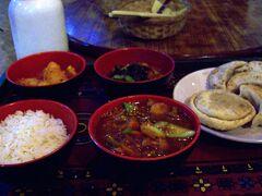 20:00 レストラン「ウッツェ」にてチベット料理セットというのを頂きました。 配膳や器の見た目は日本の食事みたい。  <メニュー> 白米(インディカ米なのでパサパサ) ギャコク(春雨、野菜のスープ、通常鍋でくるがお椀で一人分)、 モモ(「揚げるのがチベット風。具はボリュームがあり) おかず(ジャガイモの炒め物と野菜の漬物)
