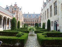 オーストリアのマルガレータ宮 Paleis van Margareta van Oostenrijk  16世紀初めにルネサンス様式で建てられました。現在裁判所として使われていて館内の見学はできませんが、ゴシック様式の中庭は見学できます。  裁判所としては1796年から使用されているそうです。