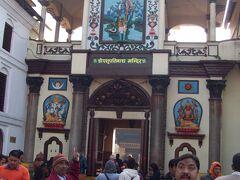 パシュパティナート寺院の前。 参詣者でごった返していました。