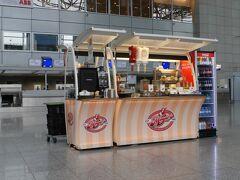 【フランクフルト国際空港にてトランジット:サンパウローフランクー成田】  仕方なく二箇所しかないオープン系茶店に腰を下ろし.....無駄なコーヒー代を払い、所在無く本当に無駄な時間をぼけ?っと過ごす.....。  ここを基点に本国に戻る韓国系の若者達も行き場がなく.....同じ場所に集まってぎゃあぎゃあと何やらやかましい.....。   写真:がら?んとしたカウンターのフロアに.....寂しそ?に佇むジャーマンドック屋....。凄く不自然なんですけど.....この位置にその風体.....。もしかしたら日航と大韓のカウンターがあることを意識して......(屋台)演出か......?