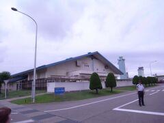 タクシーで航空自衛隊小松基地に移動。 滑走路を挟んで南に小松基地、北に小松空港があります。 事前に申し込むと基地の見学が出来ます。