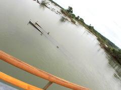 過去に洪水で流された橋が無残な姿で、その姿を晒しています。時期によっては、鉄製の頑丈な橋をも流してしまう程の濁流となるんです....。