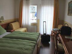 15:15 Hotel Zehnthof 少し旧市街から離れているので、ホテル前に広い無料駐車場がありました。このシーズンはクリスマス・マーケット目当ての観光客が多いみたいで、ほどほどの金額のよい条件のホテルは数日前では売り切れ。  このホテルは橋を渡るせいか空室がたくさんありました。