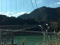 自宅から龍神温泉までは1時間半ほど。  途中の椿山ダムに架かるつり橋。  高所恐怖症にはまず無理。車から降りず。撮っただけ。