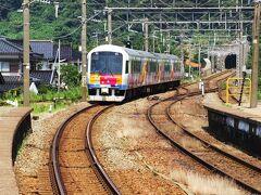 村上駅−間島駅間に直流と交流のデッドセクションがあって、 電気が一瞬消えたり、 風光明媚な日本海の景色を眺めていたりしたらあっという間に 鼠ヶ関についてしまいました。きらきらうえつさよなら〜。