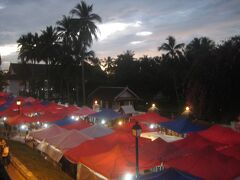 日が暮れると、シーサワンウォン通りはナイトマーケットのテントで 覆い尽くされる。