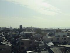 京都駅を出るとすぐ左手には世界遺産東寺の五重塔が見えます。 京都駅は基本全列車が停車しこれは発車直後なのですぐ分かります。