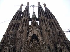 バルセロナのシンボル「サグラダ・ファミリア」に到着。 まだまだ建築中です。