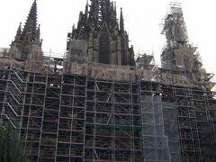 バルセロナ最後の観光は「カテドラル」 こちらも修復中でした。 バルセロナは修復中が多かったな。。