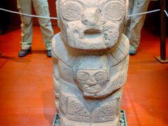 インカエクスプレスを選んだ最大の理由、プカラ博物館です。 博物館はこじんまりとしていて、すぐに見て回れます。 こちらは、プカラ遺跡で見つかった石像。 昨年訪れた、ボリビアのティワナク遺跡の石像にそっくり!