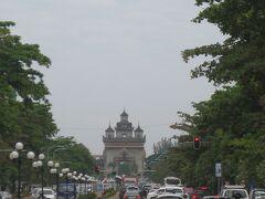 """迎賓館の目の前の""""ラーンサーン通り"""" 奥には""""パトゥーサイ""""が見える。パリの凱旋門みたい♪"""