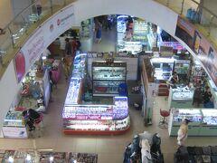 """昨日下見をした""""タラート・サオ・バスターミナル""""近くにある """"タラート・サオ""""というモーニング・マーケット内。 金のアクセサリーを売る店舗が地元の人たちで賑わっていました!!"""
