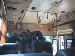 今日はどこへ行こうかな〜?とガイドブックを捲る。 ブッダパークというのが面白そうかも!と思い、 タラート・サオ・バスターミナルまで歩き、14番のバスに乗る。  写真はバスの中。日本から贈られたバスらしく比較的車内もキレイ。 私以外は地元ラオスの人ばかり〜料金はどうやって支払うのだろう? と思っていたら、バスが走り始めると車掌の女性(制服は着ていない) が車内を回り料金を徴収していく。 ちなみに料金は一律6,000キープでした。