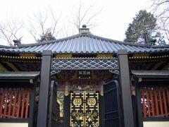 最初は「瑞鳳殿」で下車。 伊達政宗を祀っている霊廟です。 伊達政宗自らの遺言で1637年に創建後、第二次世界大戦で焼失してしまいましたが、1979年に再建されたためまだ新しくきれいです。 小ぶりな建物ながらも、彫刻が繊細で、色鮮やかな建物です。