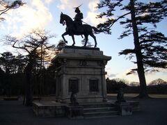 広い広場に「伊達正宗像」が建っていました。 これがメインかな? この時間、逆光で上手く撮れず...