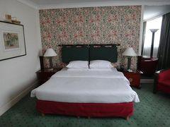 期待してお部屋へ・・・ベッドも大きくて、壁紙が可愛かったです。
