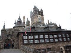 城の入口に人がたまっていたので行ってみるとガイドツアー待ちの人達でした。